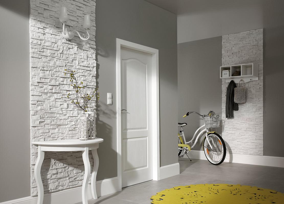 коридор с белыми дверями и серым полом