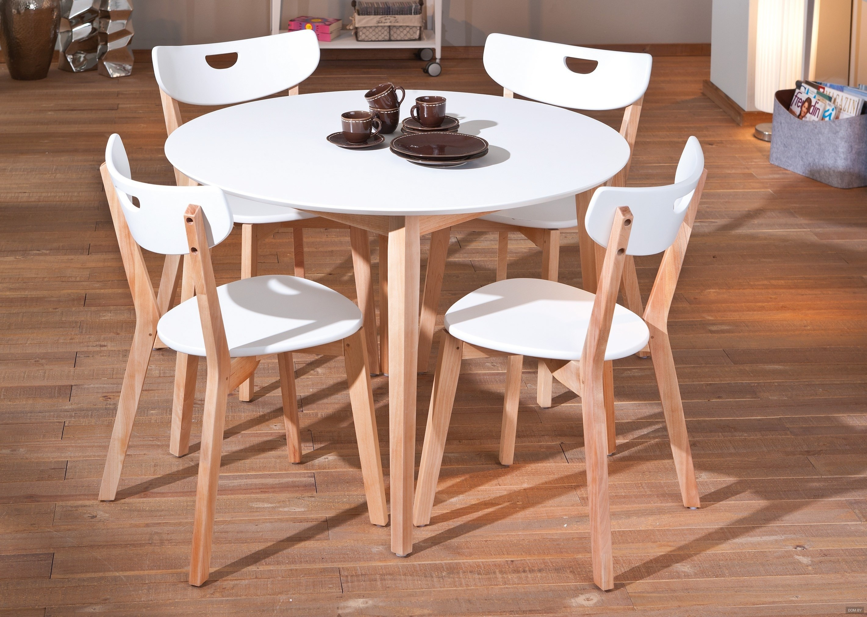круглые столы от Ikea в интерьере белый стеклянный раздвижной