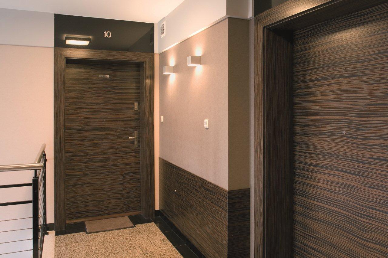 Современный дизайн входной двери – вид изнутри помещения