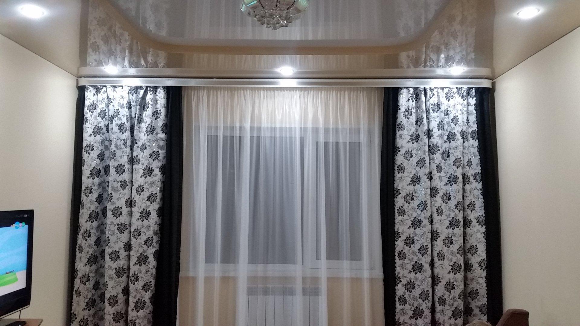Цвет штор к коричневым обоям фото