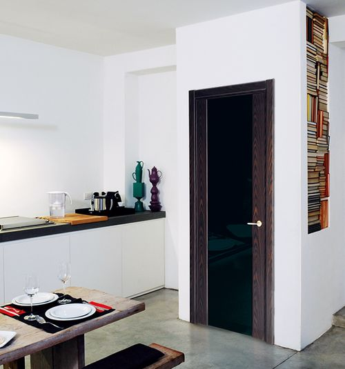 Светлые двери с черным стеклом в интерьере