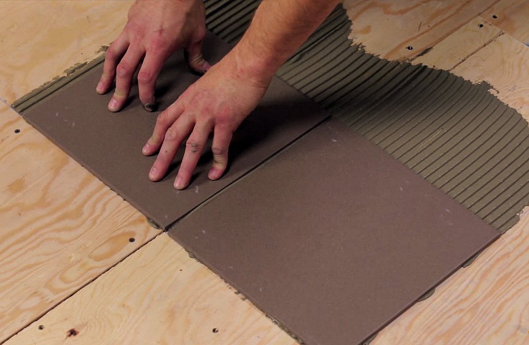 Укладку следует проводить только на сухую поверхность, иначе вам не избежать появления плесени.