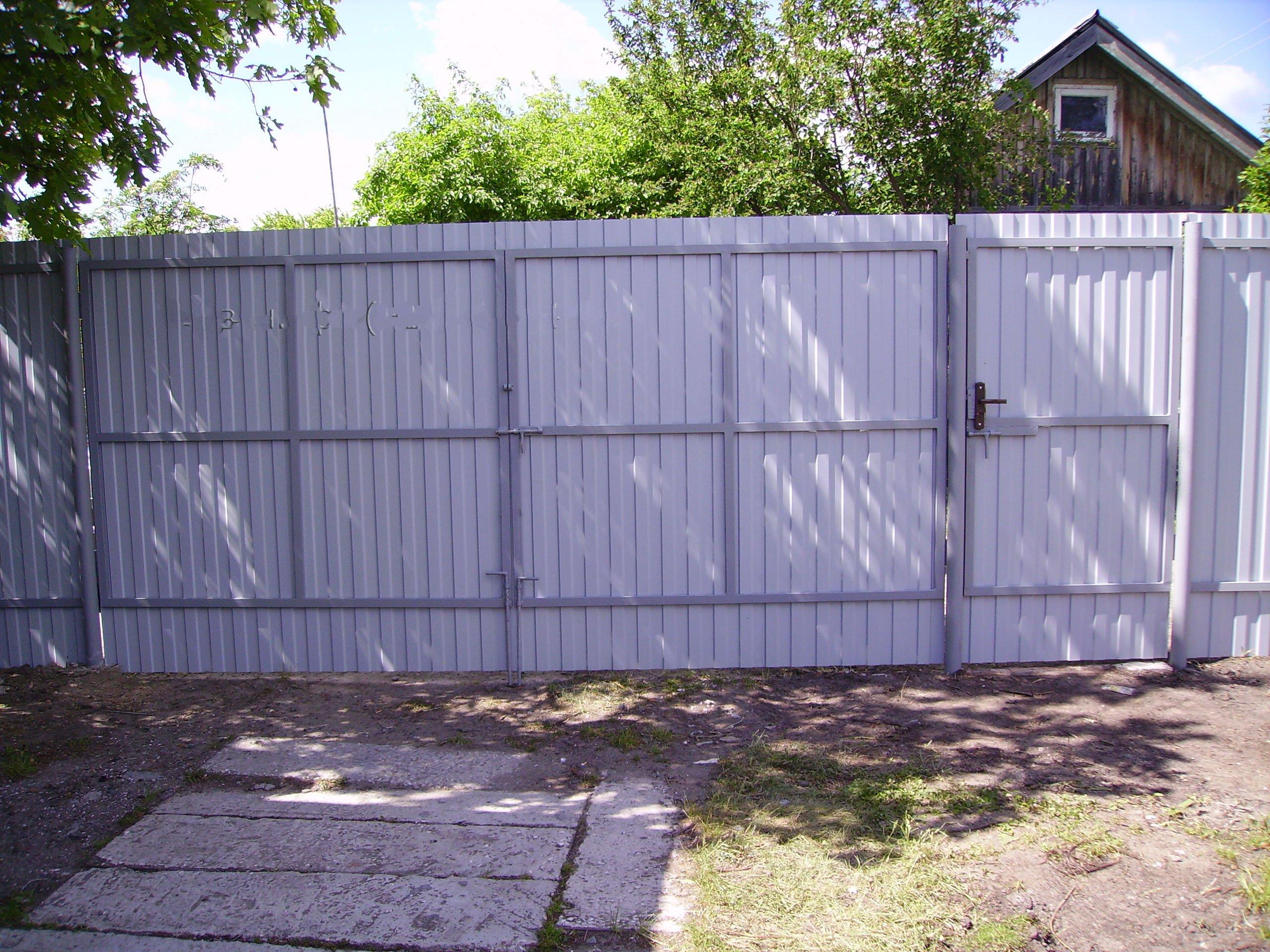 Забор из профнастила с калиткой своими руками