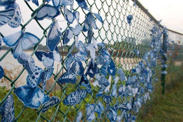 Как украсить забор из сетки рабицы на даче своими руками 57