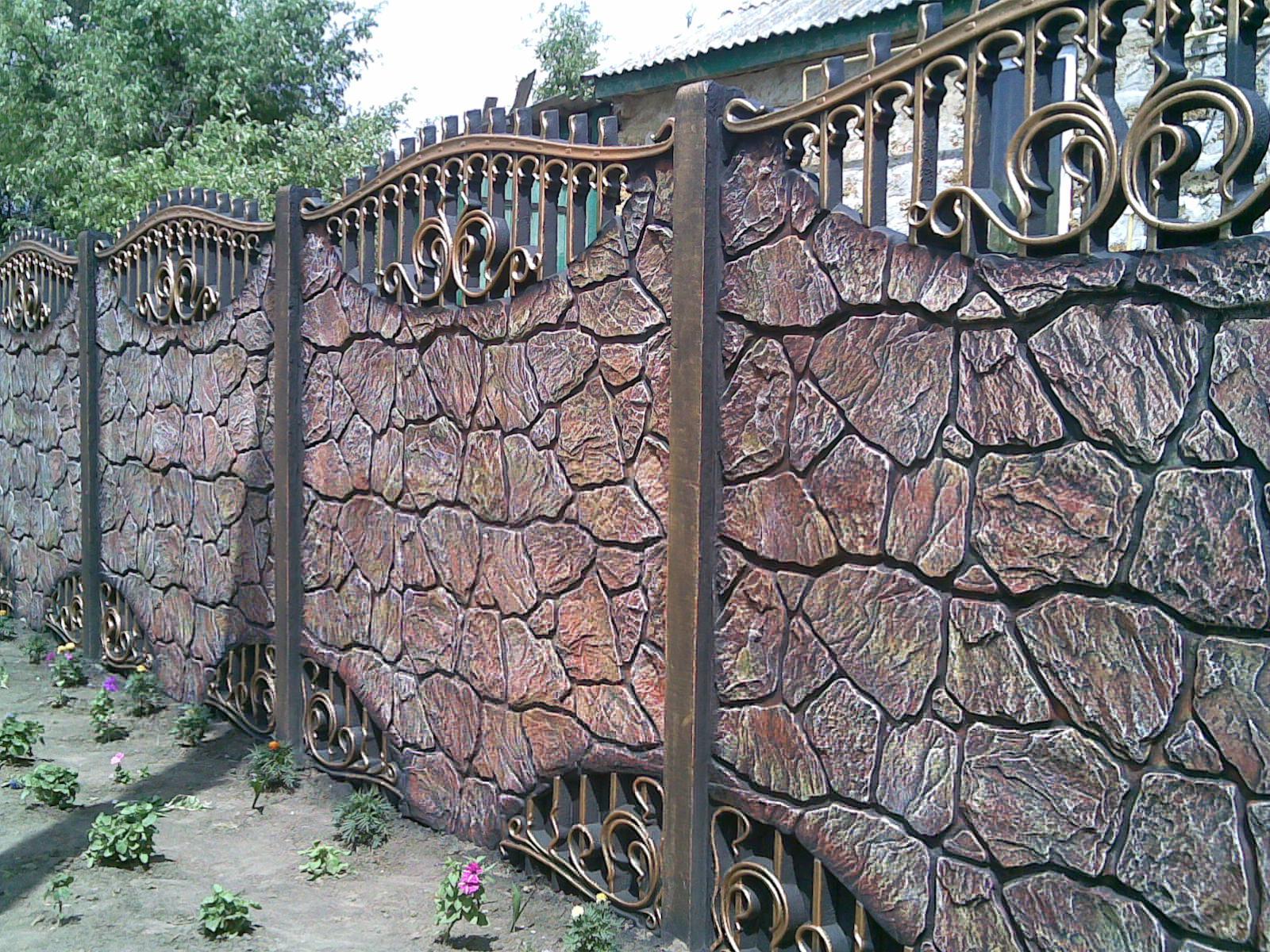 Забор камень дерево