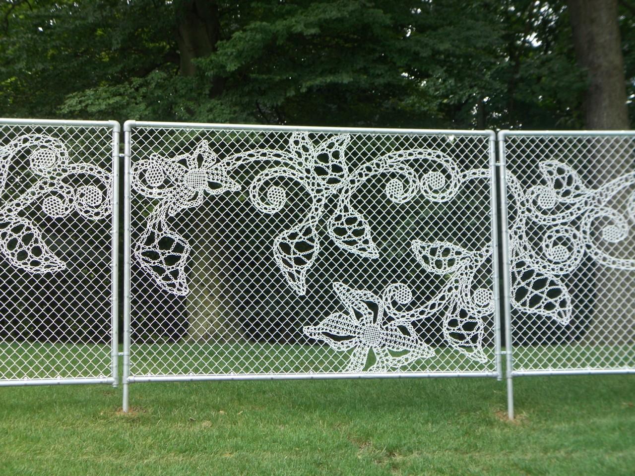 Кружевной забор из рабицы своими руками 43