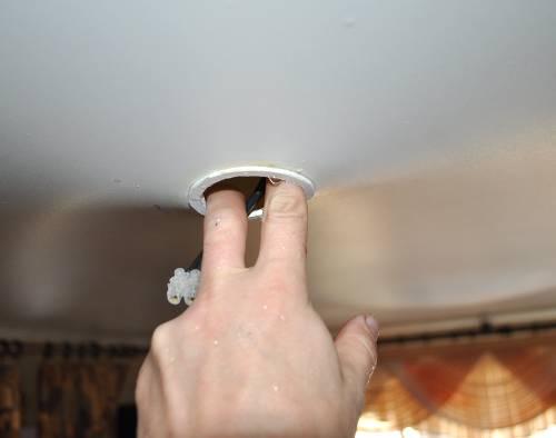 Слив воды с натяжного потолка своими руками 59