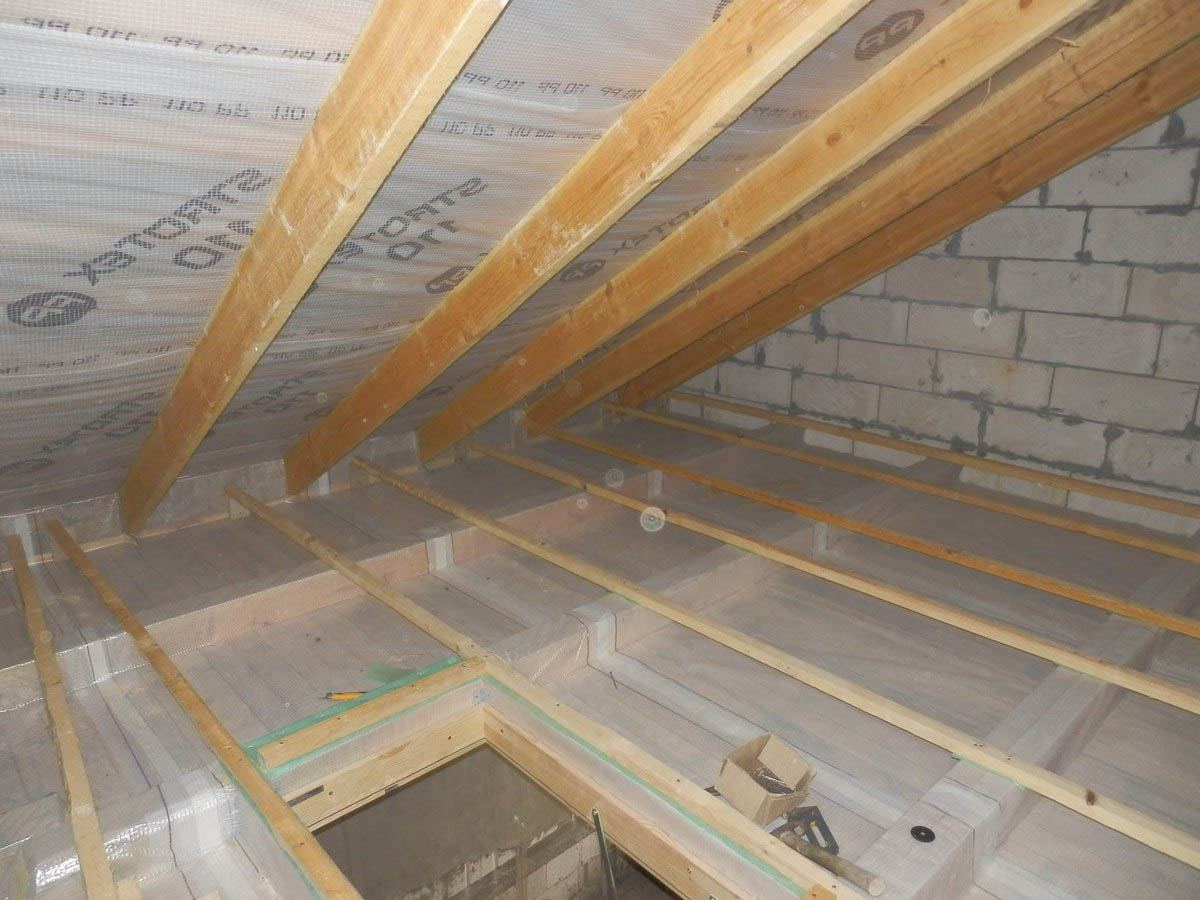 Как правильно монтировать пароизоляцию на потолок