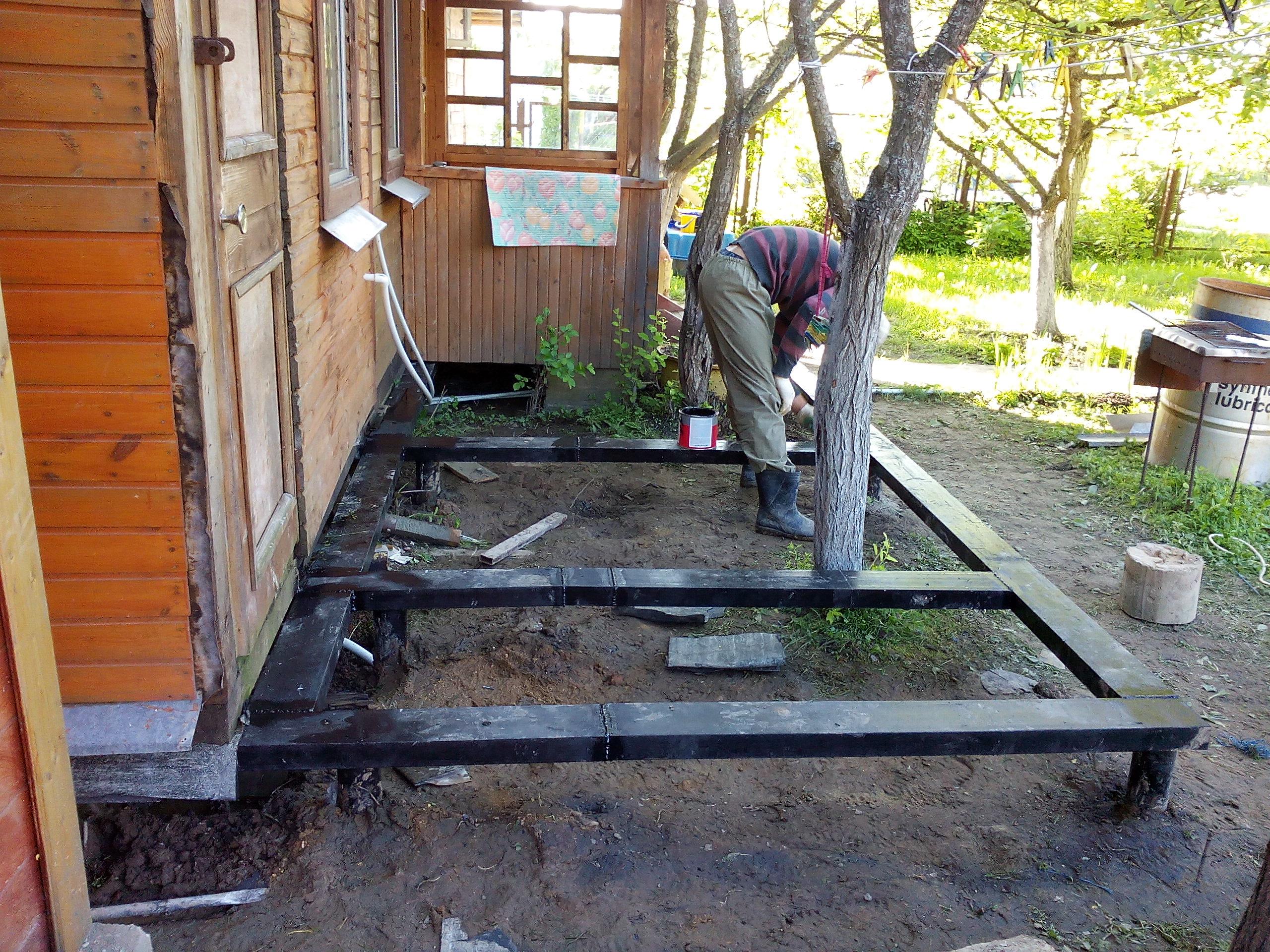 Как пристроить террасу на винтовых сваях к деревянному дому своими руками 92