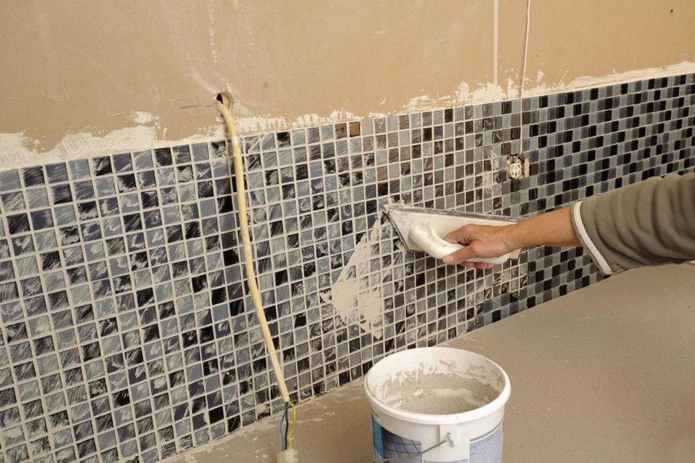 Укладка большой плитки на стену своими руками 33