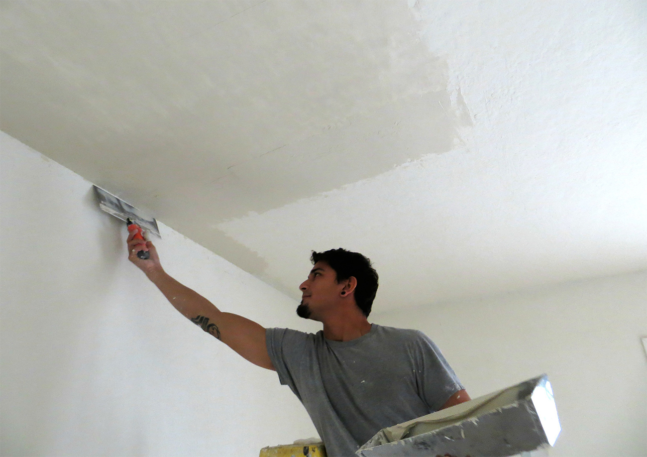 Ремонт в квартире потолок своими руками 30