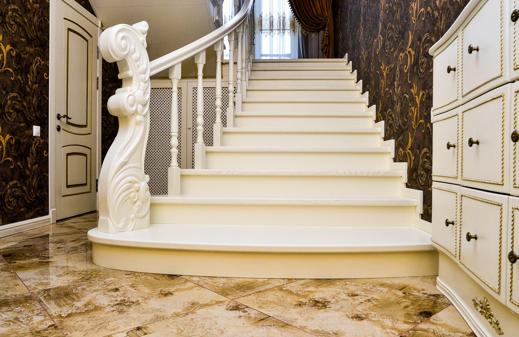 Все способы крепления балясин на деревянной лестнице: как