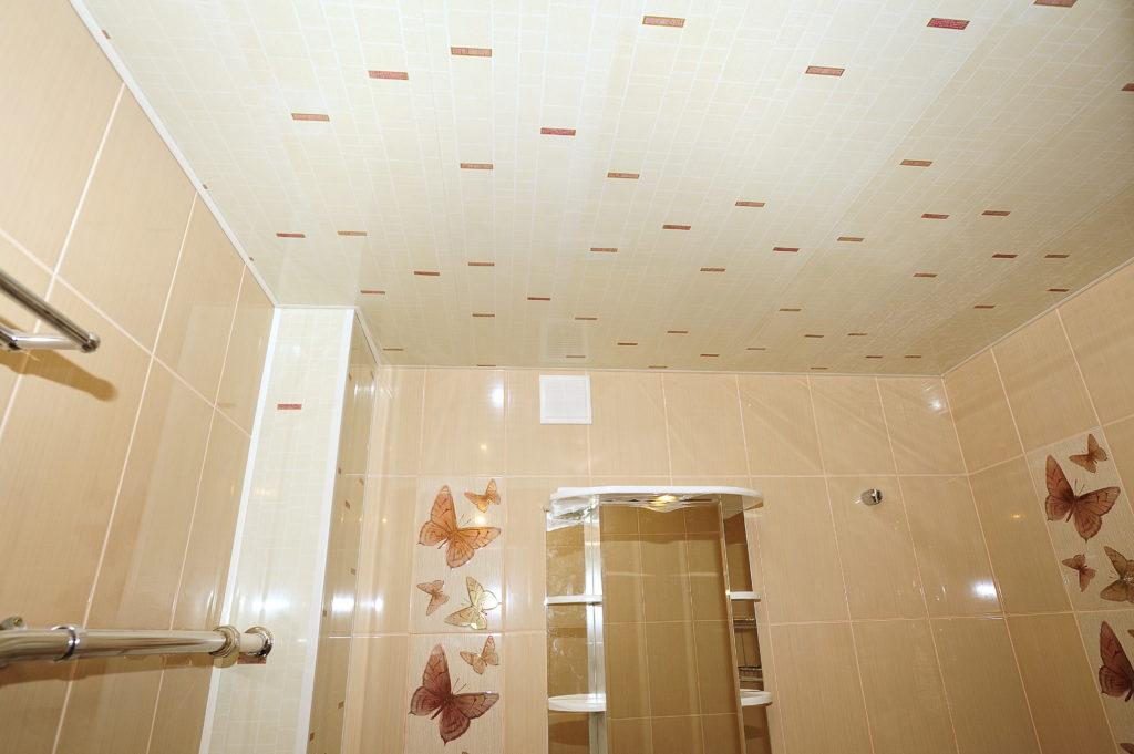 Потолок в ванной из панелей своими руками 26