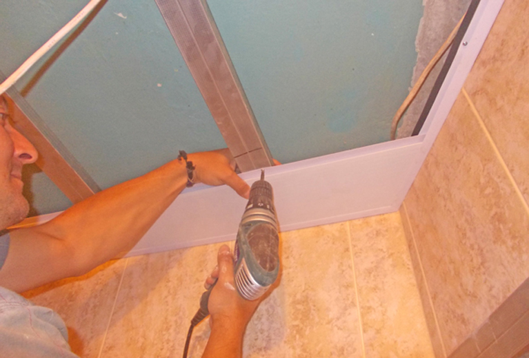 Как сделать пластиковые потолки в ванной 765