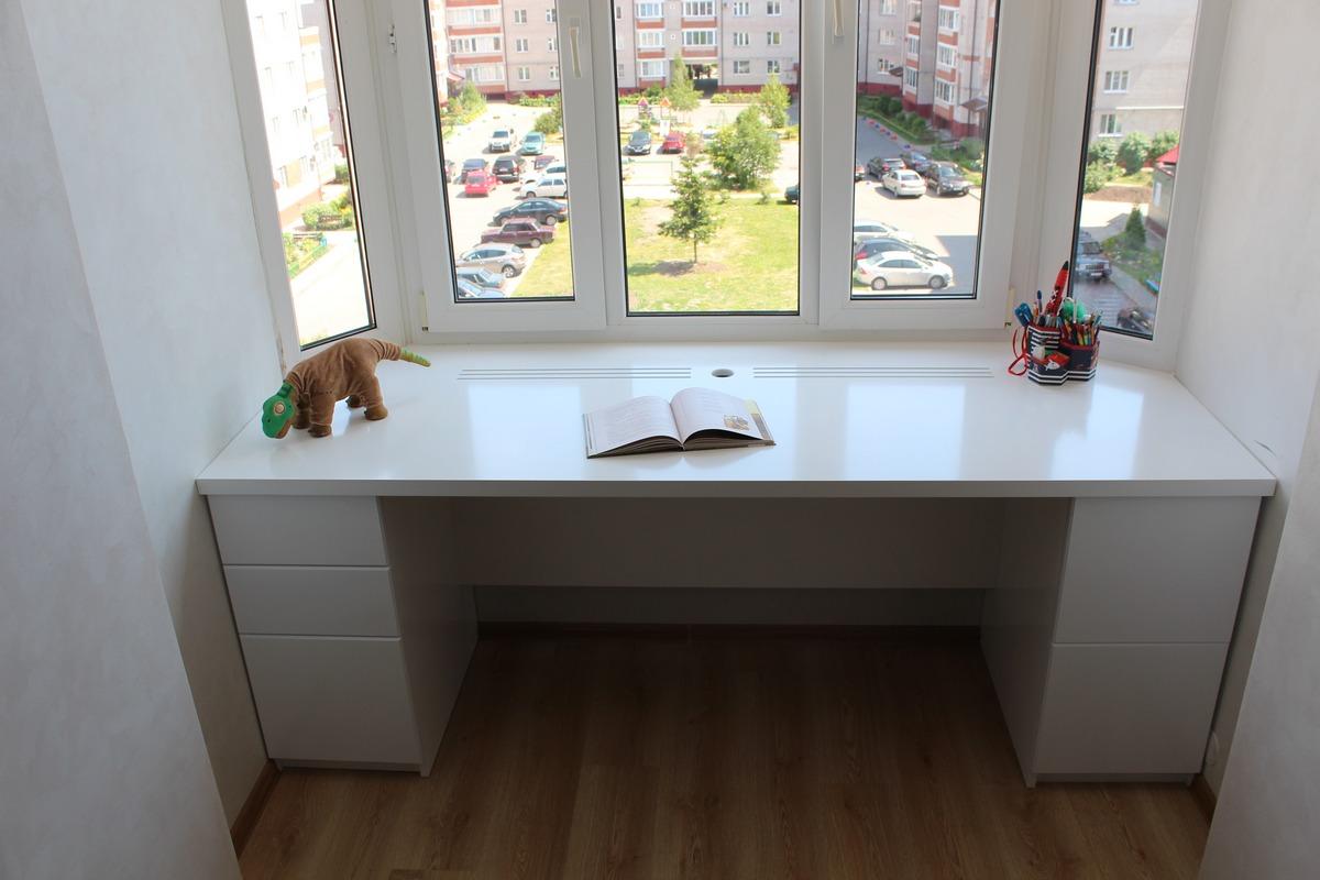Столы вдоль окна для двоих детей фото