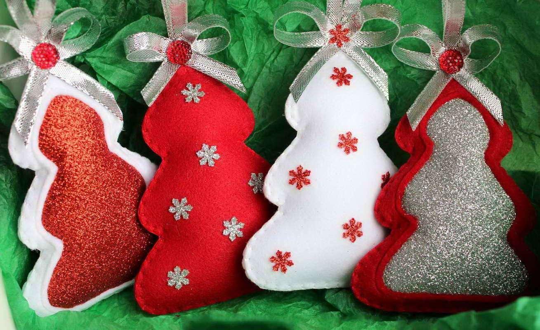 kak-sdelat-igrushki-na-elku-iz-fetra-svoimi-rukami Игрушки на елку из фетра (73 фото): новогодние елочные украшения своими руками, простые шаблоны собак и оленей