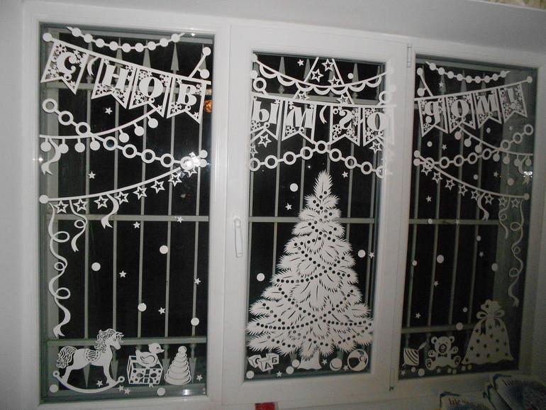 1 идеи чем можно украсить окна на новый год олени, елки из снежинок.