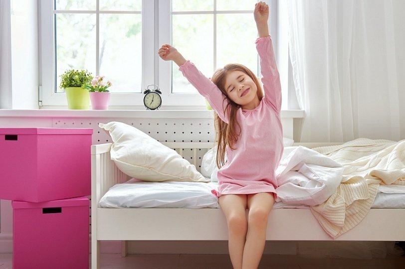 Картинка девочка одевается утром