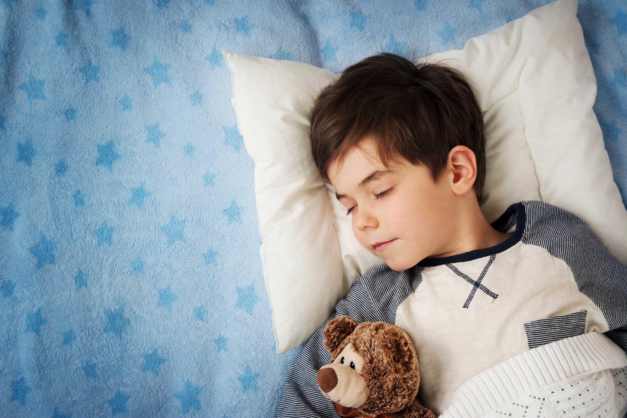 Мальчик в кровати картинки