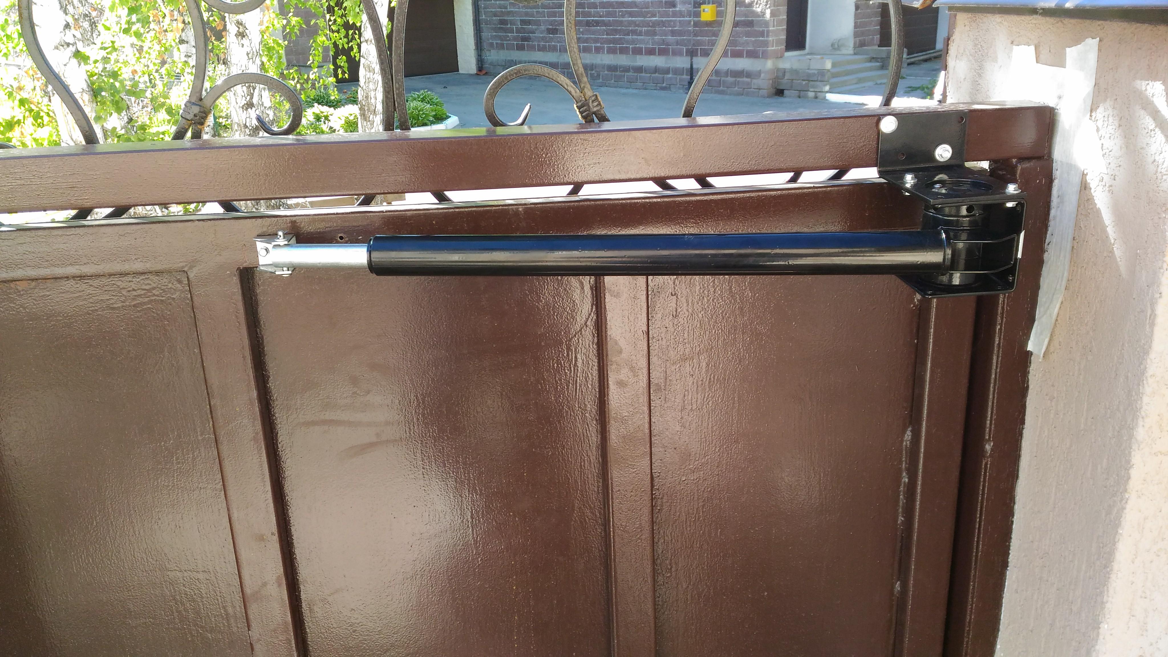 Пневматический доводчик для дверей: как выбрать уличный дверной механизм?