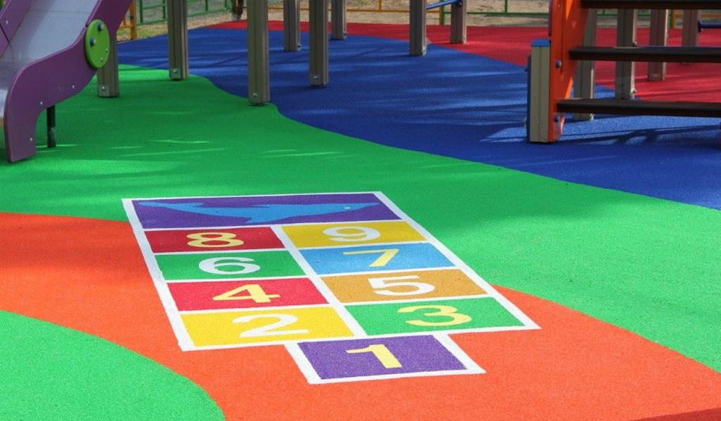 Покрытие детской площадки цветной резиновой крошкой