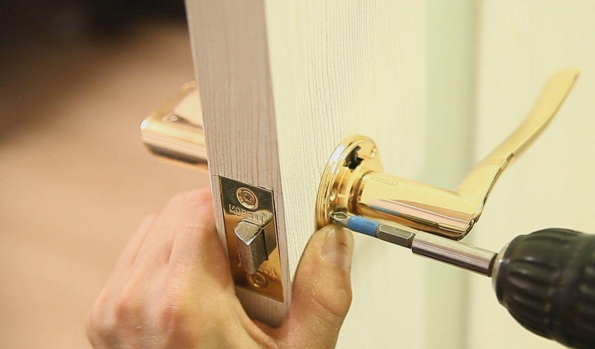 Как собрать дверную ручку с защелкой