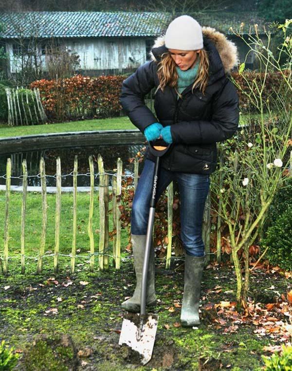 Штыковая лопата (39 фото): ширина лопаты из рельсовой стали с черенком, размер титановой лопаты со штыком