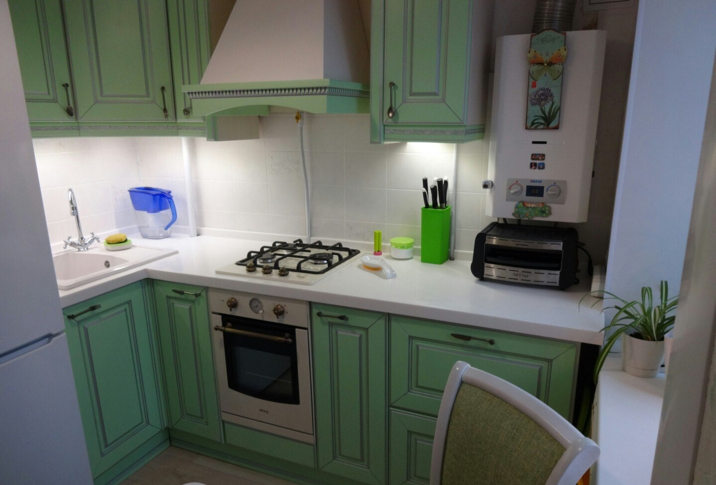 дизайн кухни в хрущёвке с газовой колонкой и холодильником фото 1