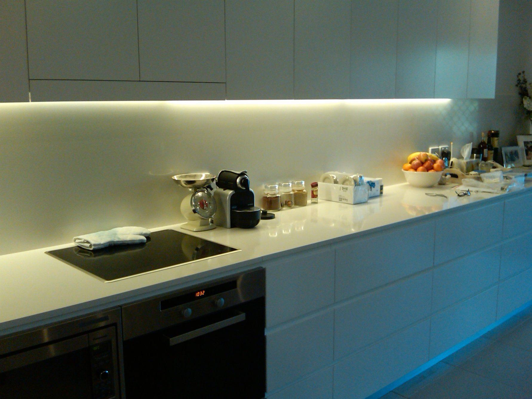 для подсветка на кухне под шкафами светодиодами фото умножения