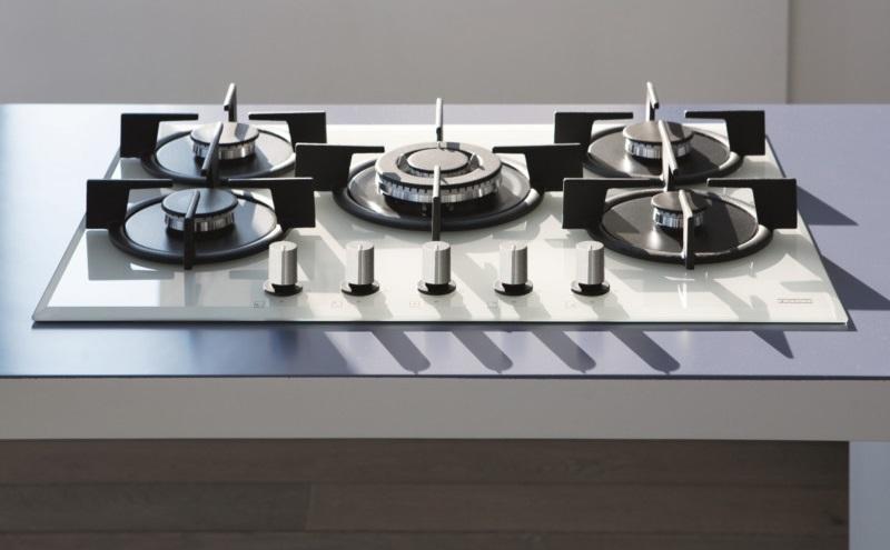 Цветные газовые плиты 20 фото черные и коричневые бежевые и красные белые и серебристые желтые и другие плиты в интерьере кухни