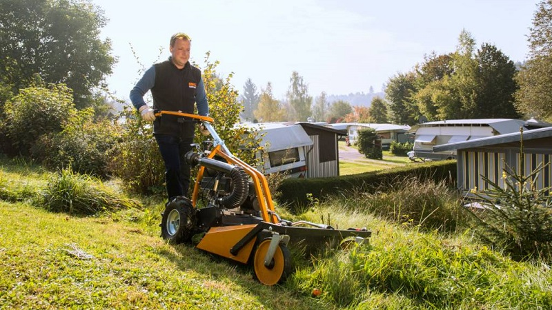 Как выбрать газонокосилку для дачи неровного участка