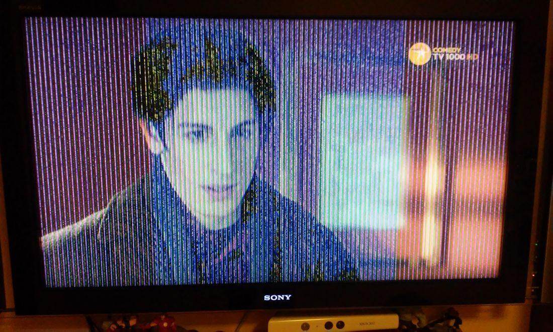скомпонованные расплывчатая картинка на телевизоре главы регулятора