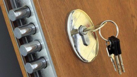 Врезной замок для металлической двери (33 фото): внутренний замок для стальной или железной входной двери с ручкой, тонкости установки и замены устройства