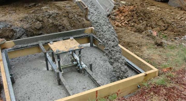Цементом заливается фундамент