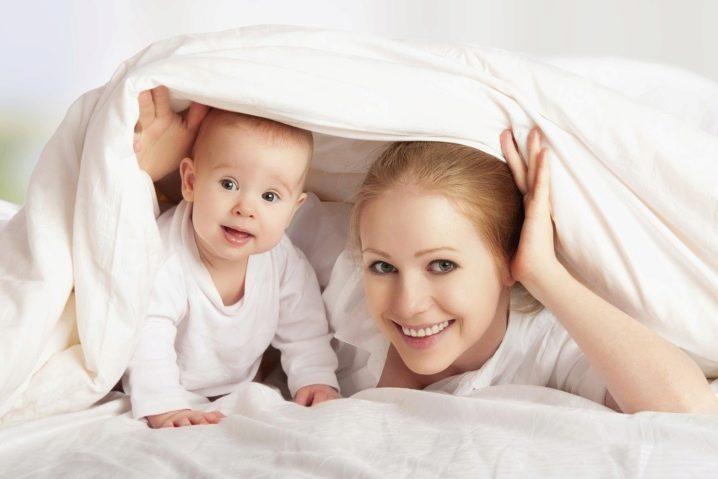 Мам под одеялом у