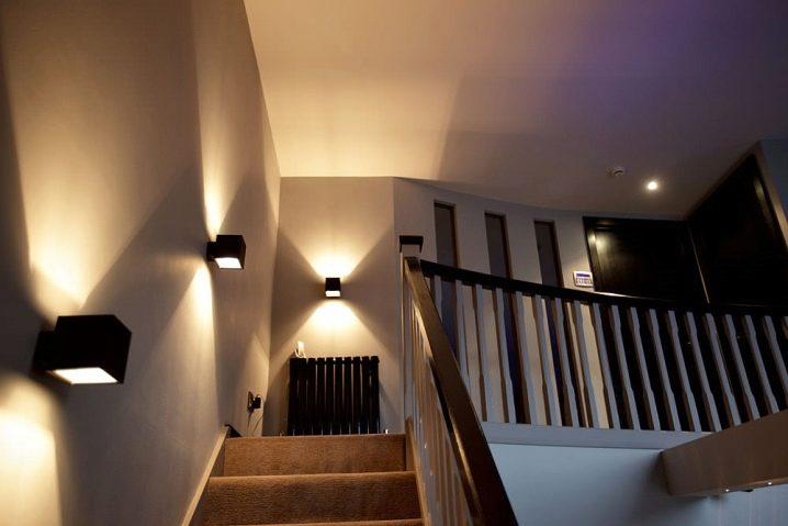 Светильники над лестницей фото
