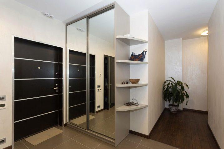 Шкаф с зеркальной дверцей в прихожую