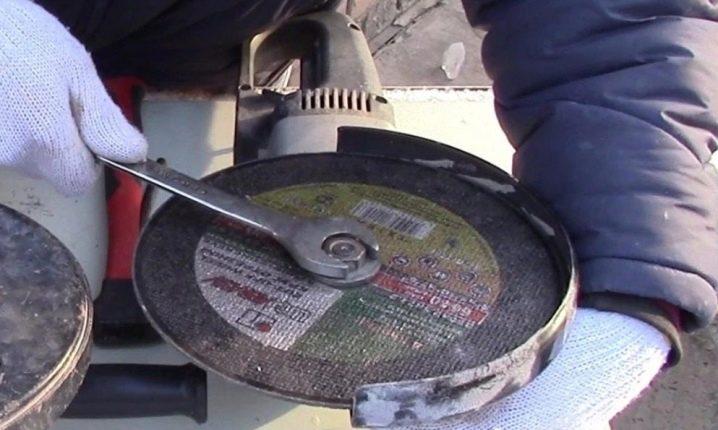Как поменять диск на болгарке без ключа