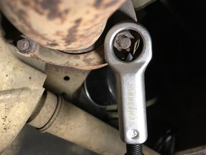 Как открутить прикипевшую гайку на смесителе